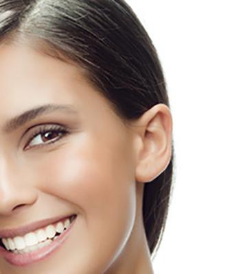 Frau mit Ohr - Ohrenarzt
